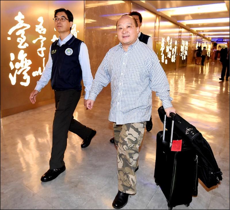 主張武統台灣的中國學者李毅(右)日前受邀來台演講,移民署認定李毅違法,將他驅逐出境。(資料照)