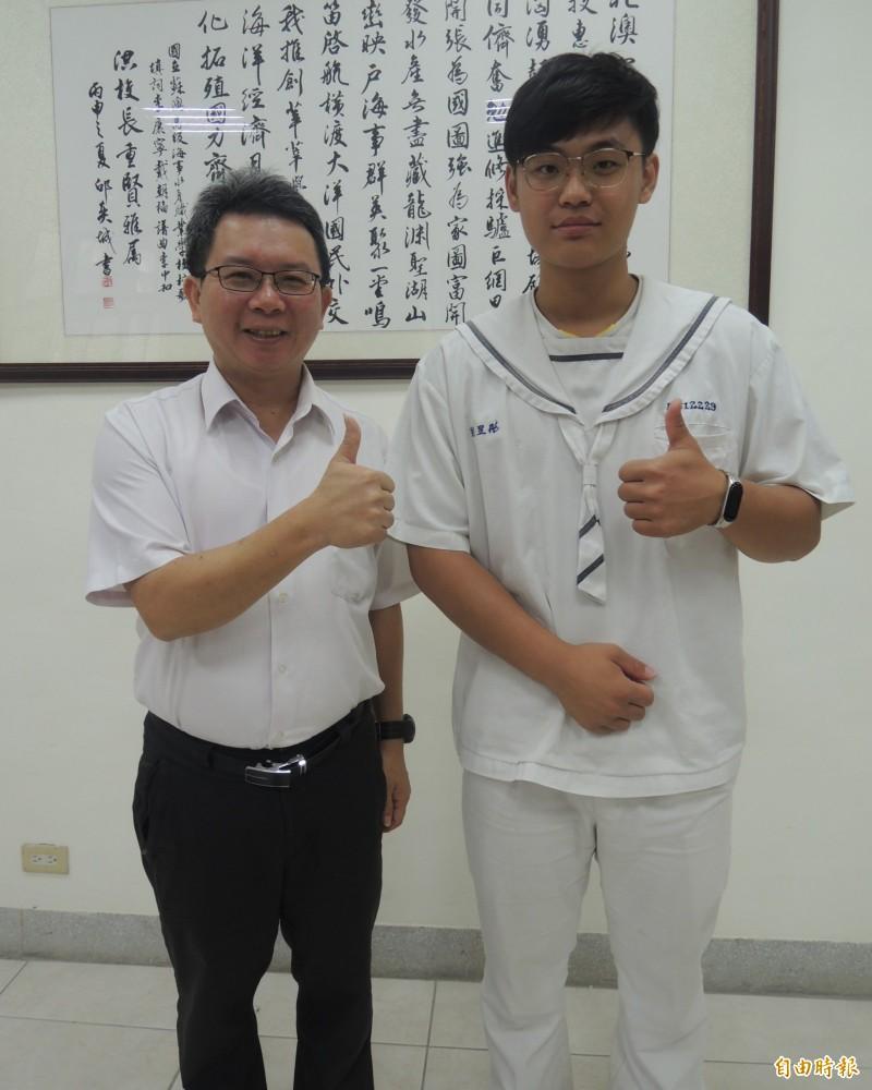 劉昱彤(右)的勵志故事,讓蘇海校長洪重賢(左)津津樂道。(記者江志雄攝)