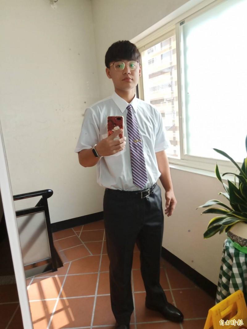 劉昱彤假日工讀時穿著襯衫打領帶,顯得相當帥氣。(圖由劉昱彤提供)