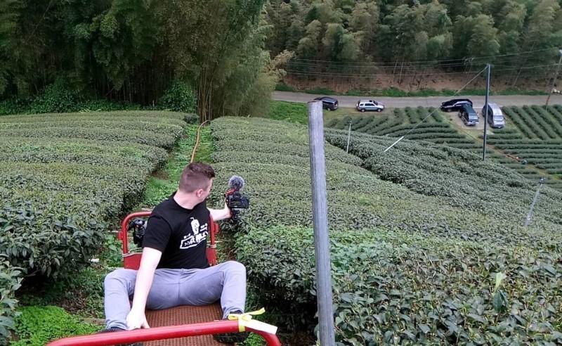 網紅「小貝」在南投縣竹山鎮「八卦茶園」一帶體驗特有的單軌車情形。(記者謝介裕翻攝)