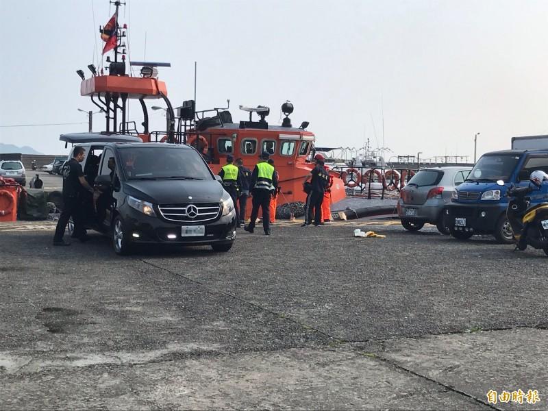 海巡人員與警方初步確認死者身分,確定是昨日在潮境公園落海的吳姓男子。(記者吳昇儒攝)