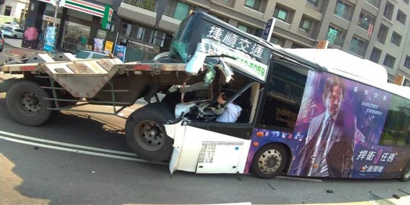 拖板車插破公車車頭,駕駛一度受困。(記者張軒哲翻攝)