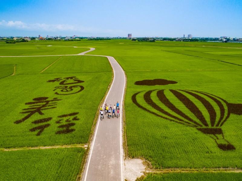 冬山鄉稻間美徑,農路兩旁就是翠綠水稻田,隨水稻結穗將陸續轉為金黃色,風景絕美。(冬山鄉公所提供)