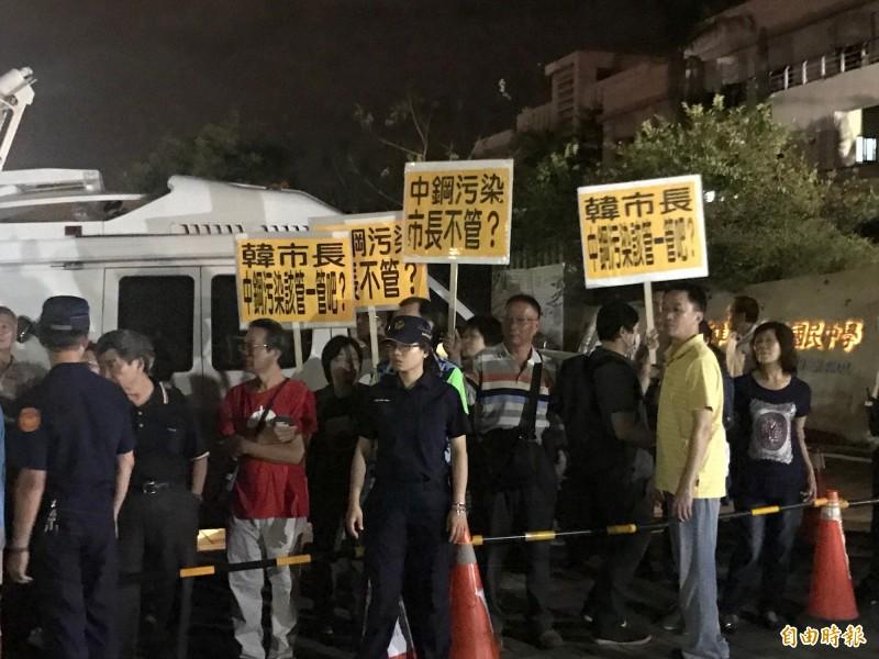 韓國瑜今晚與大林蒲居民閉門座談,環保團體在場外舉牌抗議。(記者洪臣宏攝)