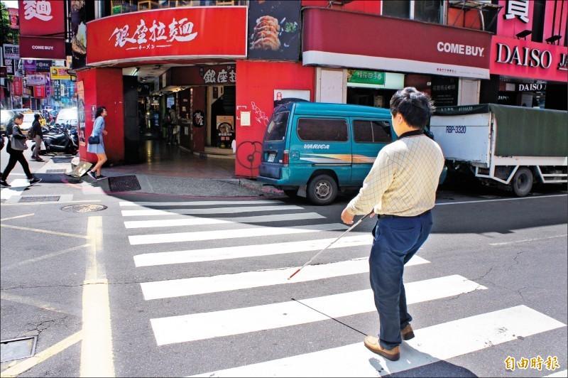 立法院昨初審通過,車輛行經斑馬線或轉彎時,不禮讓視覺障礙者優先通行,加重罰鍰至最高七千二百元。(資料照)