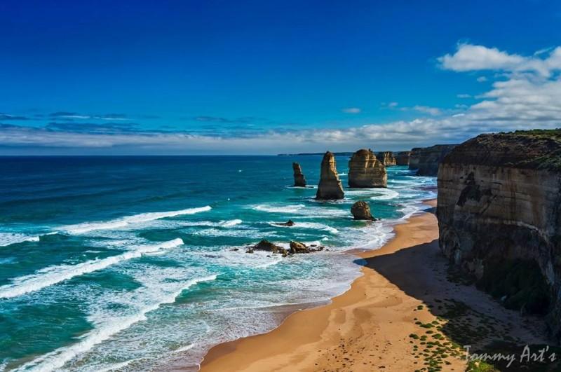 澳洲知名景點十二使徒岩(The Twelve Apostles)遊客溺水,父子檔救生員馳援時卻一同溺斃。(圖擷自12 Apostles臉書)