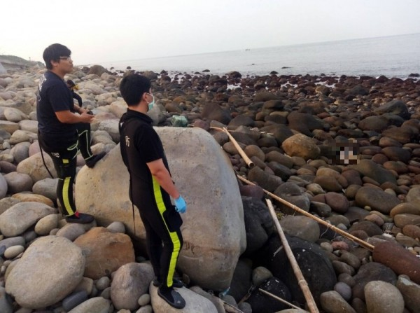 涉嫌殺害兒女的吳姓男子的遺體今天下午5時許在金山海邊被發現。(記者王宣晴翻攝)