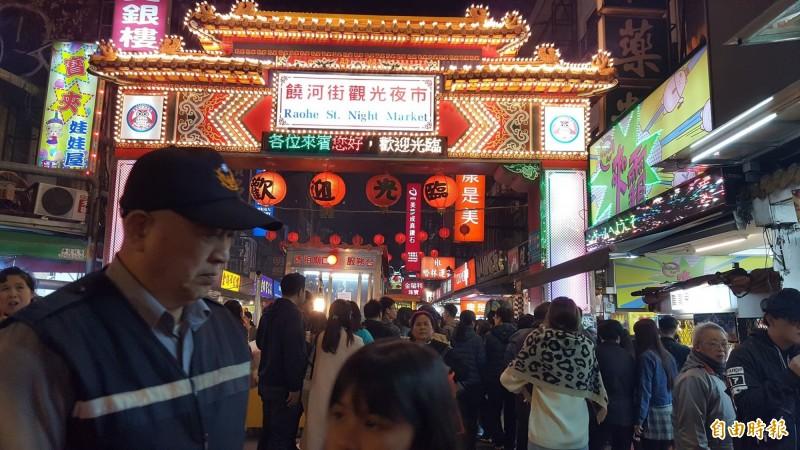有名中國女子到台北市饒河街觀光夜市(見圖)用餐,卻怒嗆台灣店家,引發網友砲轟。(資料照,記者楊心慧攝)