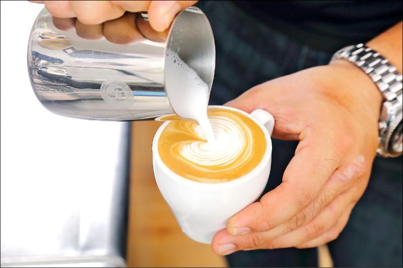 攝取太多咖啡會讓鈣質流失,咖啡加入牛奶會降低鈣質吸收。(資料照)