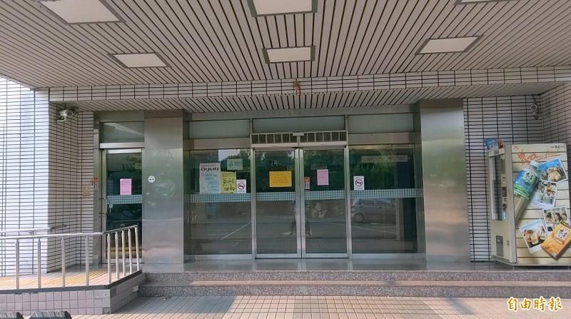 南投縣名間鄉新泰宜婦幼醫院今日起因員工集體不到班而停業,院內大門深鎖。(記者謝介裕攝)