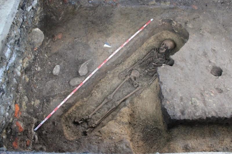 和平島台船公司停車場3年前曾挖出3具歐洲人遺骨。(圖由基隆市文化局提供)