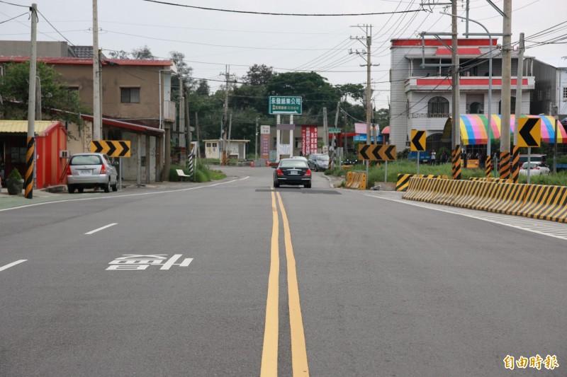 苗栗縣後龍鎮龍山路都市計畫範圍外道路,路幅突然縮減,造成人車爭道。(記者鄭名翔攝)