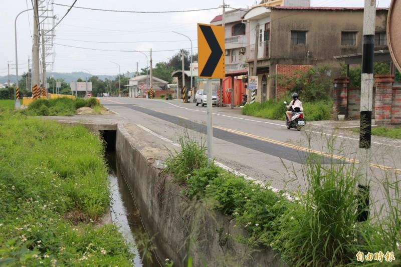 道路將拓寬至15米,一旁水溝箱涵將加蓋。(記者鄭名翔攝)