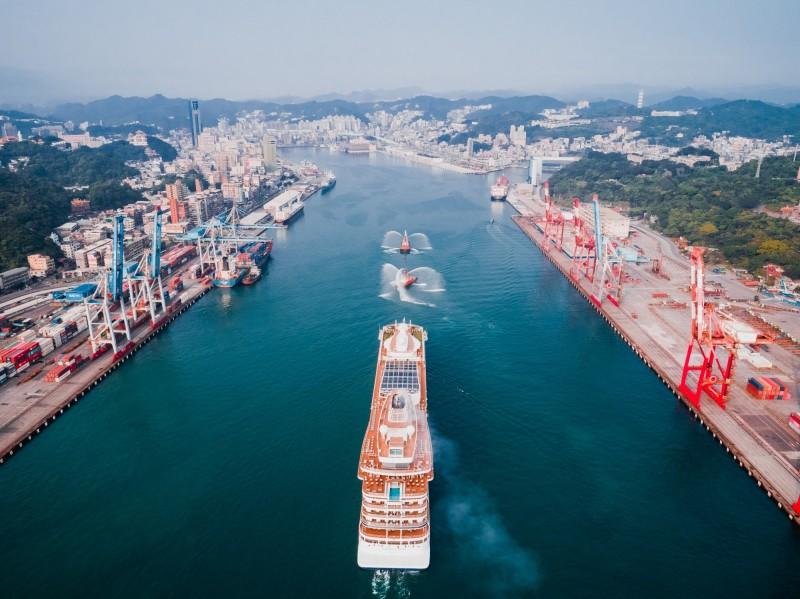 北歐高檔郵輪獵戶星號首次靠泊基隆港,港務公司安排拖船噴水表演迎賓。(基隆港務分公司提供)