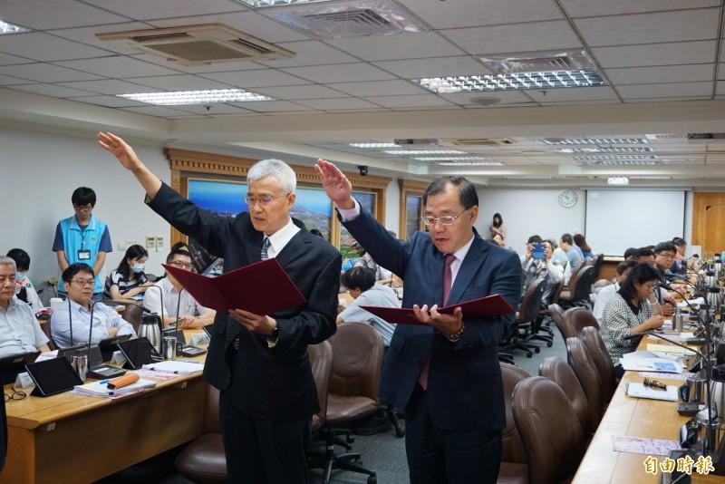 副市長李憲明(圖左)、秘書長黃治峯宣誓就職。(記者謝武雄攝)