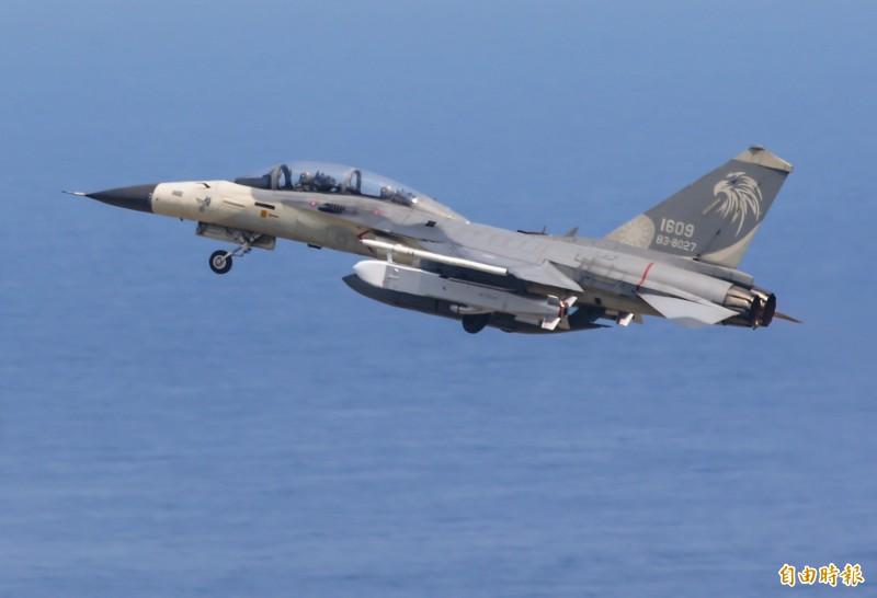 空軍編號1609 IDF雙座戰機,昨天掛載兩枚「萬劍彈」,分由高、低空投射,針對海上特定靶區實施攻擊。(記者游太郎攝)