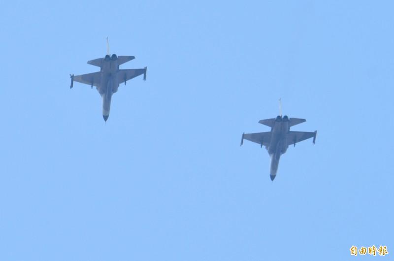 2架IDF戰機順利完成測評任務,編隊衝場返回志航基地(記者游太郎攝)