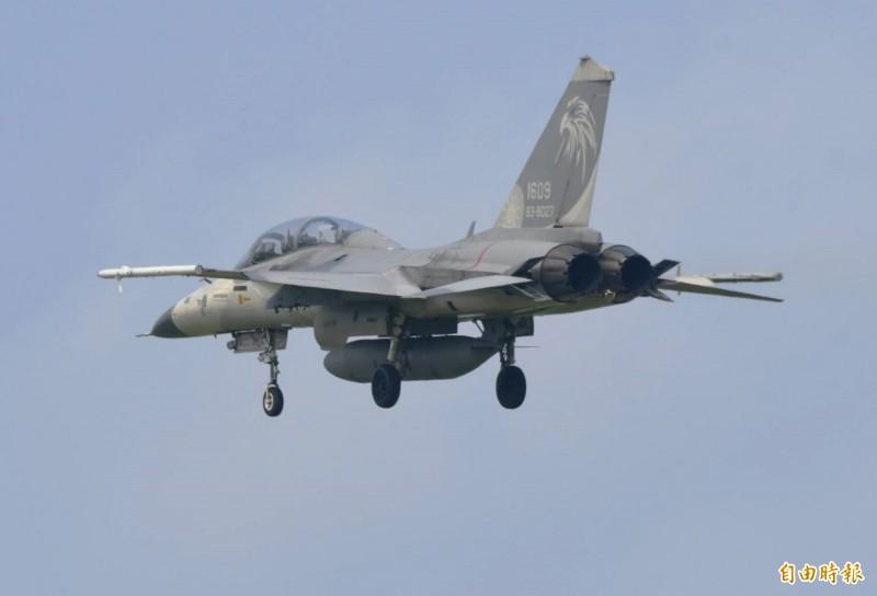 編號1609 IDF雙座戰機,完成測評任務返航,翼下清楚看見空無一物,兩枚「萬劍彈」已順利投射。(記者游太郎攝)