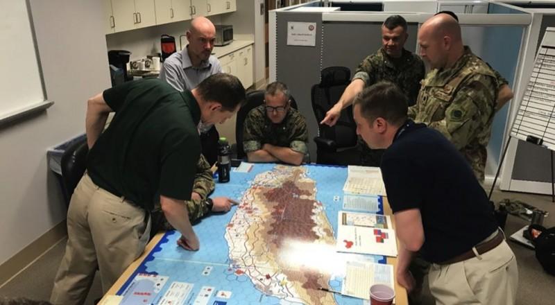 美國海軍陸戰隊大學進行第三次世界大戰模擬兵推,畫面中眾人圍著台灣地圖討論兵力調度。(圖擷取自War on the Rocks)