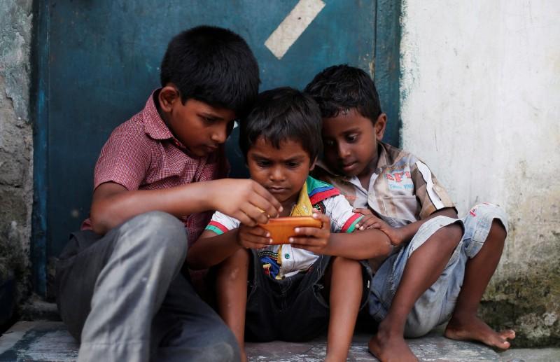 世界衛生組織(WHO)首度發布一分有關電子螢幕的衛教指南,年齡介於2歲至4歲的幼兒「久坐螢幕時間」每天不得超過一小時,而不足一歲的嬰兒務必完全遠離電子螢幕。(路透)