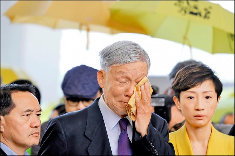 香港退休牧師朱耀明二十四日面對法院外支持者時,頻頻拭淚。(美聯社)