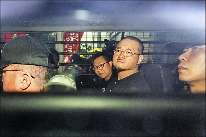 香港立法會議員邵家臻二十四日搭乘囚車離開西九龍裁判法院。(彭博)