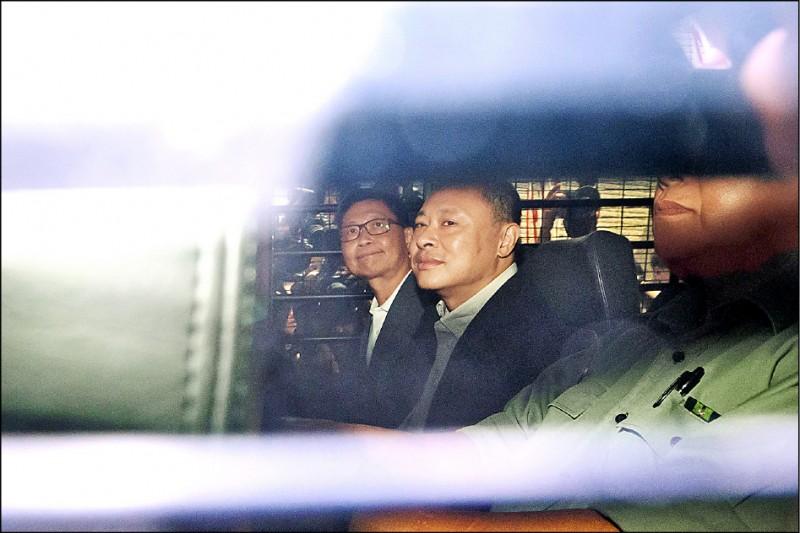 香港大學法律系副教授戴耀廷二十四日搭乘囚車,離開西九龍裁判法院。(彭博)