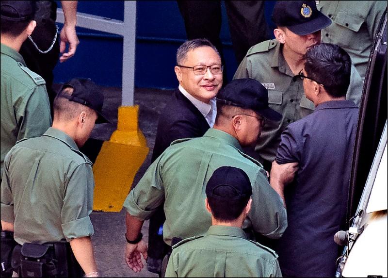 香港大學法律系副教授戴耀廷(左)24日被判立即入獄,隨後被押上囚車。(美聯社)