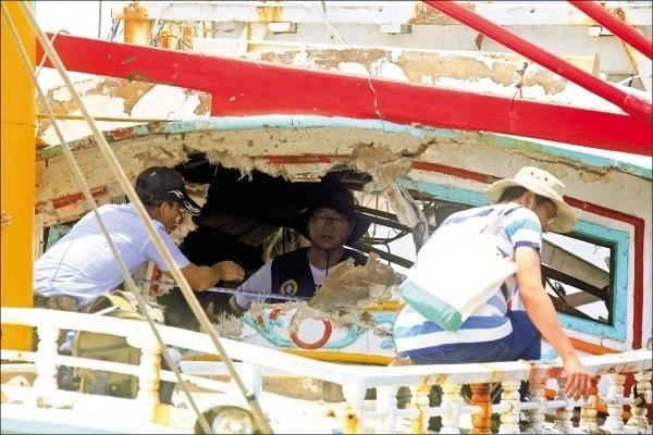 海軍金江艦誤射雄三飛彈,貫穿翔利昇號漁船,圖為當時翔利昇號漁船被飛彈貫穿受損情形。(資料照,中央社)