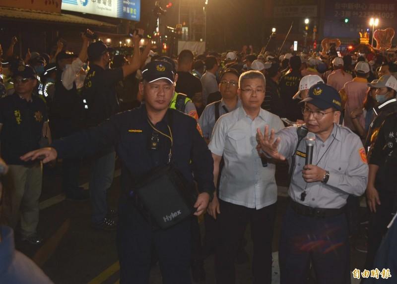 彰化警分局長洪宏榮(左1)在這次大甲媽遶境彰化市時坐鎮指揮,圓滿達成任務。(記者湯世名攝)