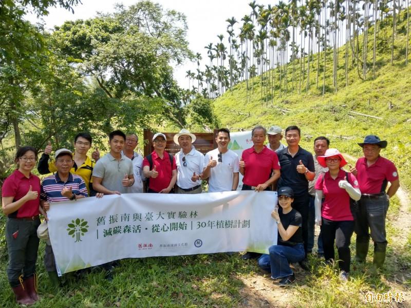知名餅店「舊振南」與台大實驗林合作,在南投水里林區造林,盼為減碳盡份心力。(記者劉濱銓攝)