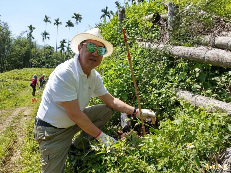 「舊振南」董事長李雄慶回到南投水里林區補植樹木,與台大一同將造林環境維護更完善。(記者劉濱銓攝)