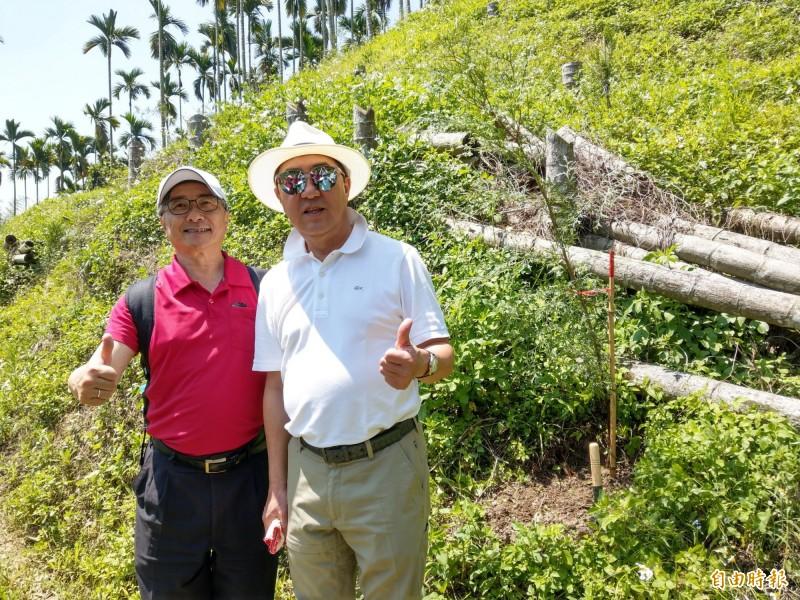 「舊振南」董事長李雄慶(右)回到南投補植樹木,台大實驗林管處副處長劉興旺(左)盼透過企業合作,落實造林減碳目標。(記者劉濱銓攝)