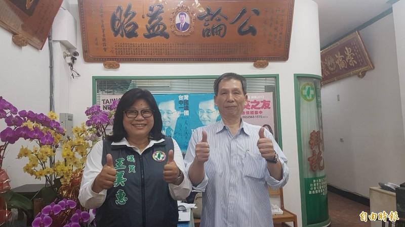 王美惠(左)感謝一路提攜她的前嘉市議員江熙哲(右)。(記者丁偉杰攝)