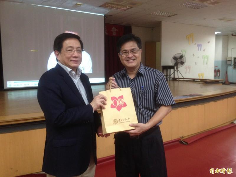 台大校長管中閔(左)與雄中校長謝文斌互換禮物。(記者黃旭磊攝)