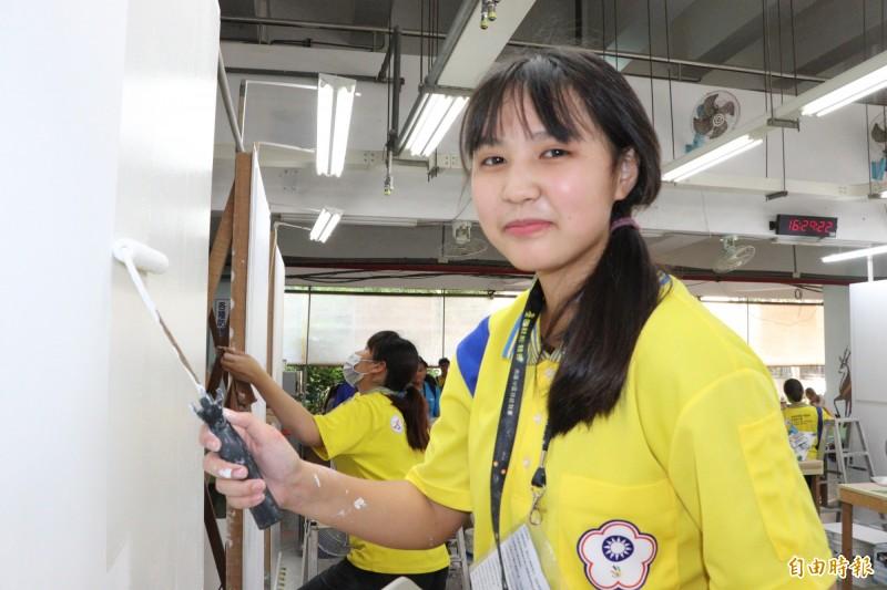 油漆裝潢女選手蔡依辰甜美可愛,刷漆樂在其中。(記者楊金城攝)