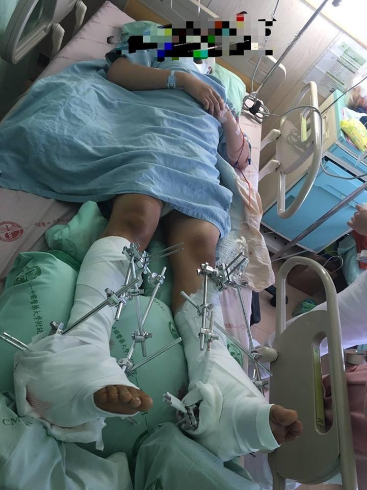 家屬痛心地表示,當天孩子送進急診時,映入父母眼簾的是他淌在鮮血中殘破扭曲的身體,急診室裡充斥的都是孩子痛苦的哀嚎尖叫聲。(擷取自爆料公社)