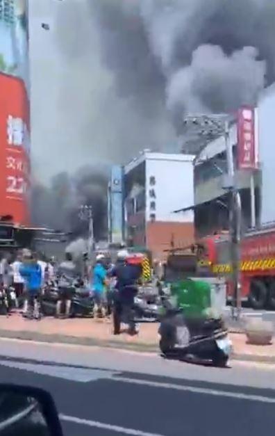 台中市北屯區一家電鍍工廠,今下午傳出火警、濃厚黑煙直竄天際。(圖擷取自臉書不公開社團「爆料公社」影片)