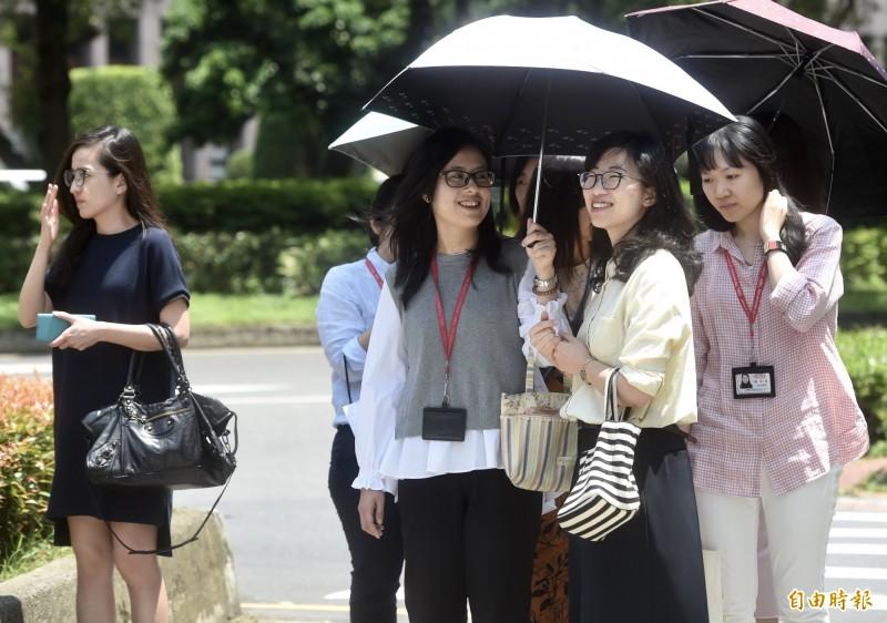 全台籠罩在暖氣團內,今天下午13點05分台東大武已飆出38.9度高溫,民眾外出應注意防曬。(記者簡榮豐攝)