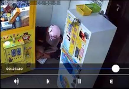 影片中可以看到該男子脫下褲子蹲在角落排便。 (圖擷自《爆料公社》)