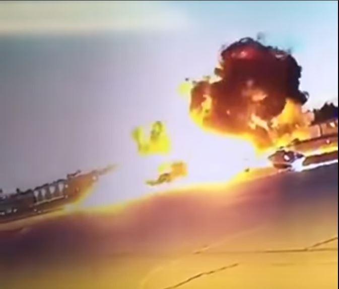 飛機墜落後爆炸瞬間。(圖擷自LiveLeak Channel YouTube)