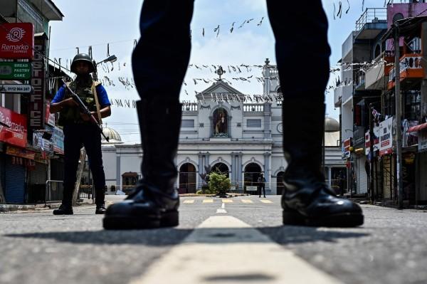 21日造成斯里蘭卡359人死亡、500多人受傷的連環爆炸案,今(25)總理表示可疑的炸彈客皆受過良好教育,目前斯里蘭卡仍處於高度警戒狀態,警方還在可倫坡進行搜索行動。(法新社)