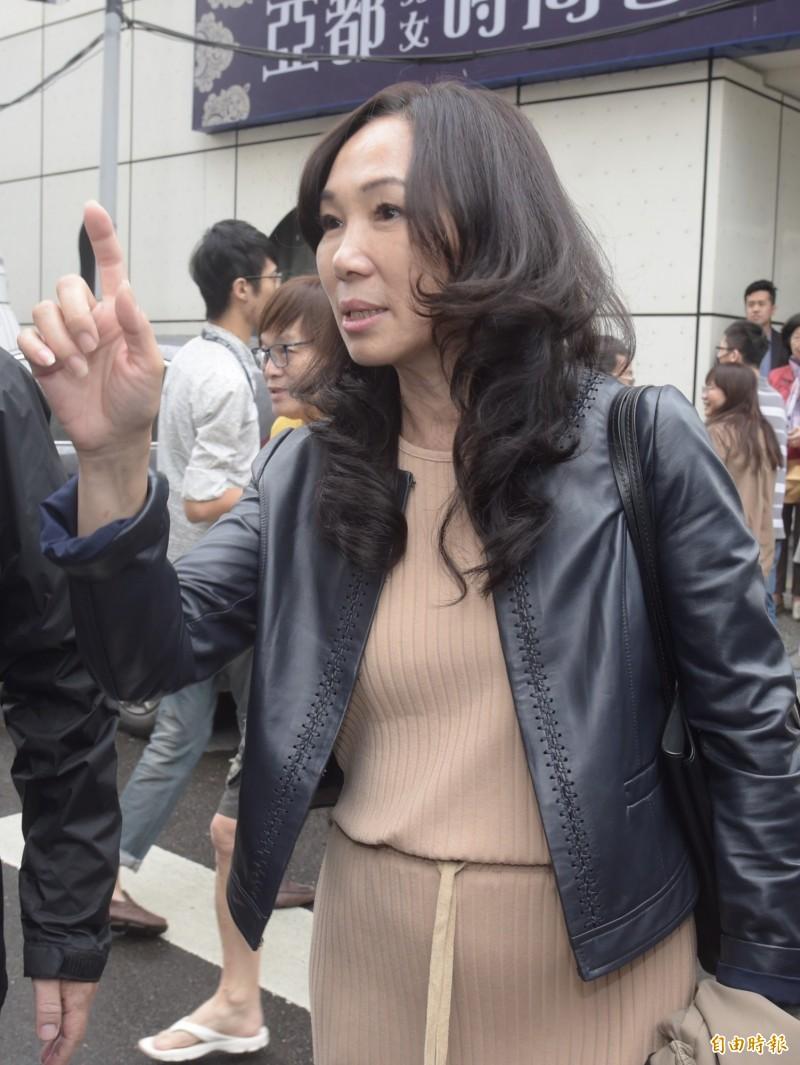 韓國瑜妻子李佳芬(見圖)說「跟著月亮走」的版稅只實領70幾萬元,黃光芹今晚再發文,解說這是出版社先結2萬本、90餘萬版稅,扣除稿酬20萬元後的數字。(資料照)