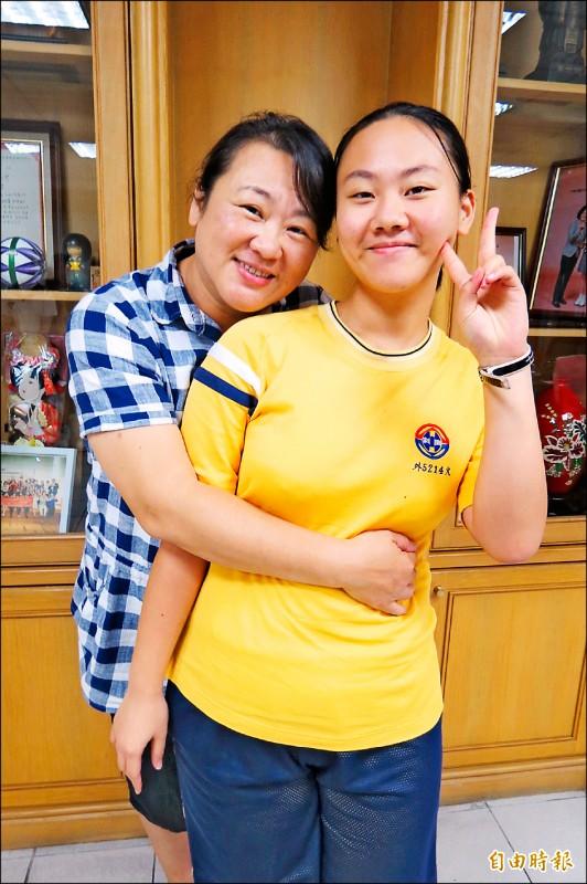 中度自閉症石彥柔參加身障生升學大專校院甄試,奪得自閉症外語英文類榜首,媽媽直呼是最好的母親節禮物。(記者蘇孟娟攝)