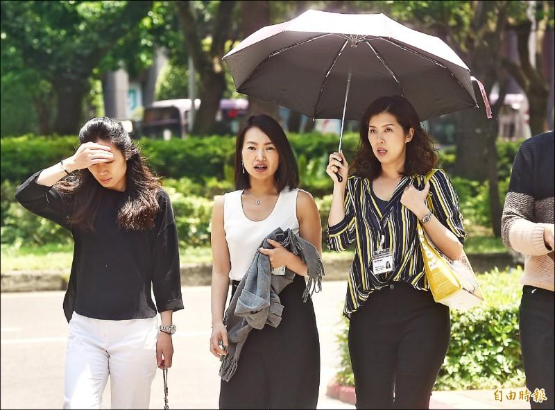 氣象局表示,台北站昨天35.9度,為今年該站最高溫,也是1897年有觀測紀錄以來4月次高溫。(記者簡榮豐攝)