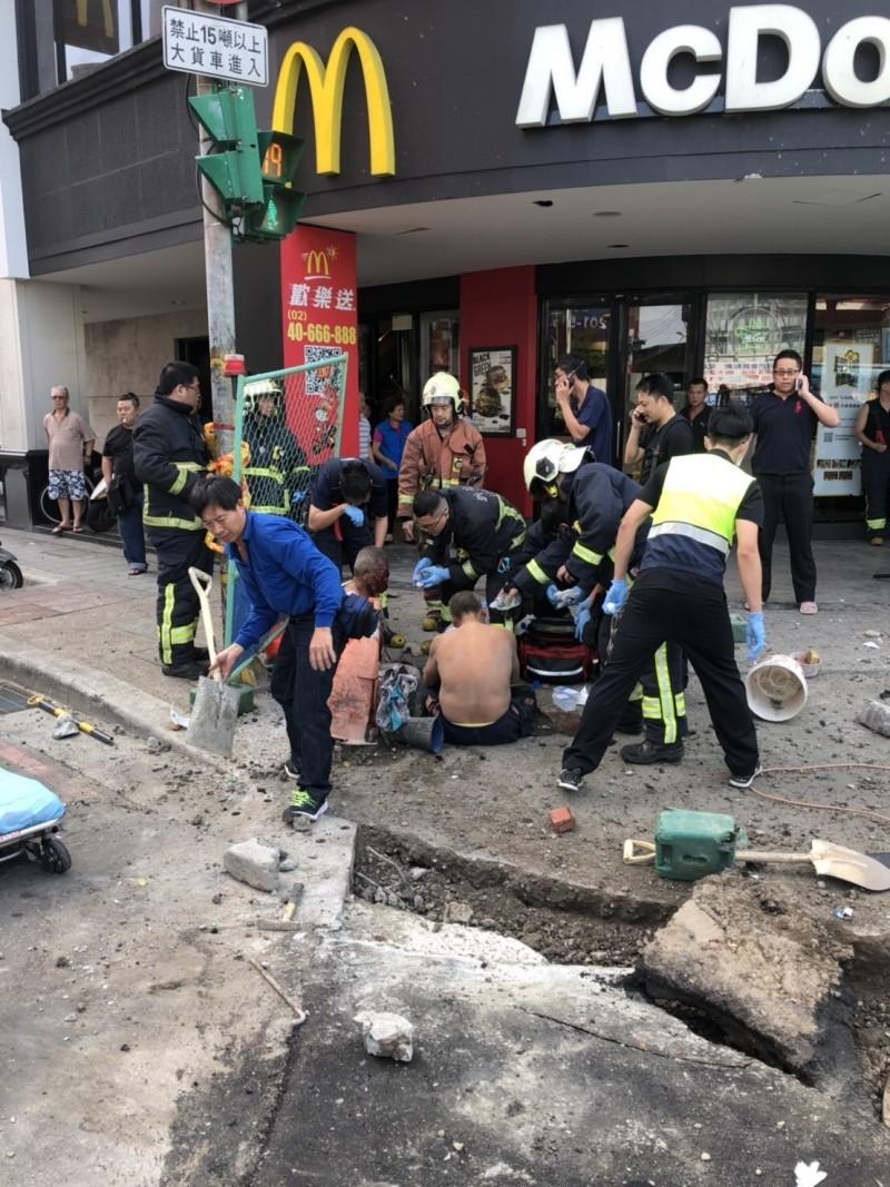 上午8時許,新北市板橋區板城路與溪城路口麥當勞前發生下水道氣爆意外,造成3名工人受傷。(記者陳薏云翻攝)