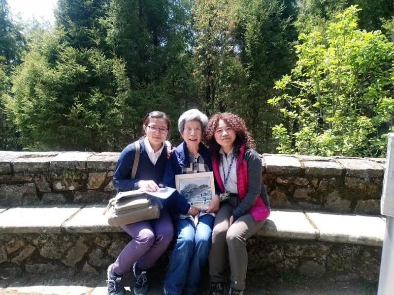 日本灣生奶奶(中)在孫女(左)陪伴下來台尋訪玉山,玉管處人員印莉敏(右)全程協助陪伴,還送了玉山老照片集給奶奶當生日禮物。(印莉敏提供)