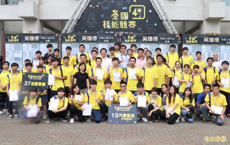 勞動部勞動力發展署雲嘉南分署在技能競賽南區賽拿下26金27銀23銅33優勝,蟬聯南區賽第一。(記者楊金城攝)
