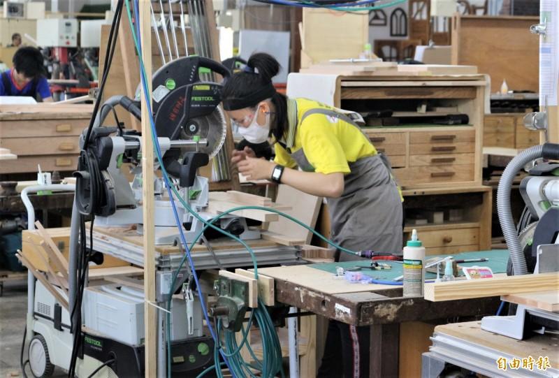 家具木工金牌蕭誼寧是該職類比賽唯一女生。(記者楊金城攝)