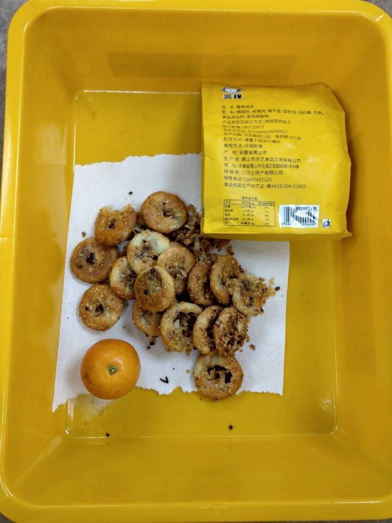 鄭男夾帶含有豬肉的餅乾遭查獲遣返。(記者張軒哲翻攝)
